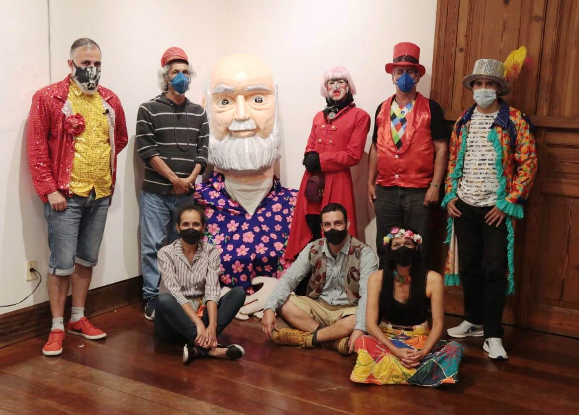 Boneco em homenagem a Aldir Blanc marca Carnaval da pandemia em Poços