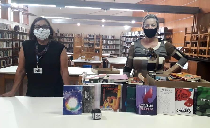 Bibliotecária Magaly Franco recebeu as doações da escritora Silvia Schmidt