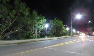 Em Poços: DME instala nova iluminação pública para pistas de caminhada