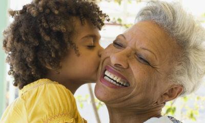 Por que a avó materna é tão importante para os netos?